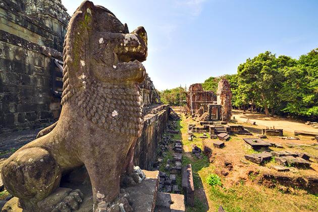 statue at phnom bakbeng