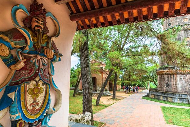 statue at thien mu pagoda