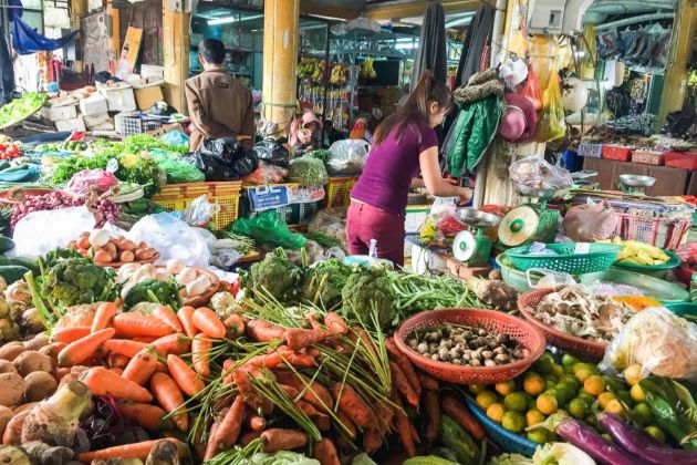 colorful market in hoi an