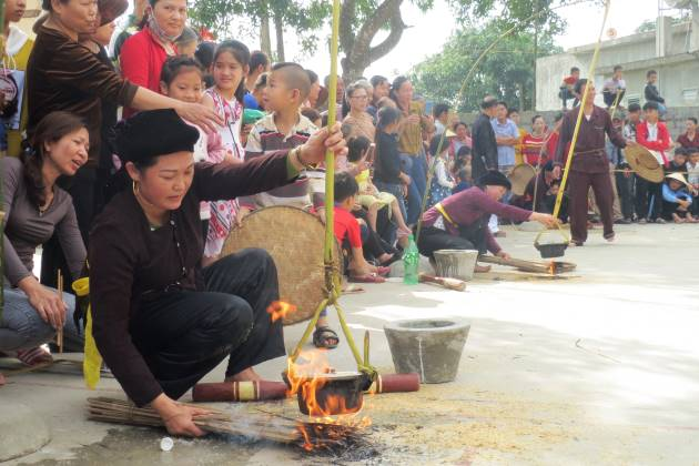 Vietnamese women are cooking rice in pots