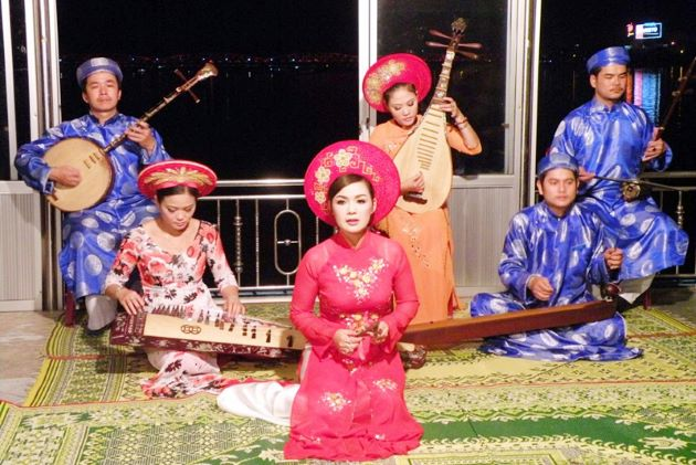hue traditional music show on boat