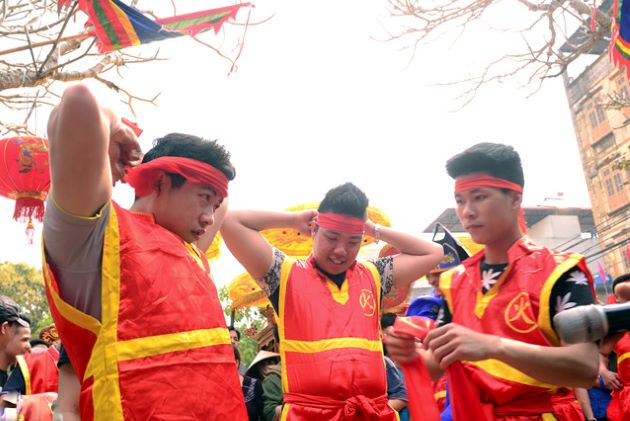 local men are preparing for the rice cooking competition