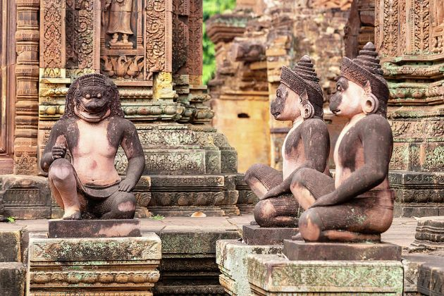 the guardian sculptures in banteay srei temple