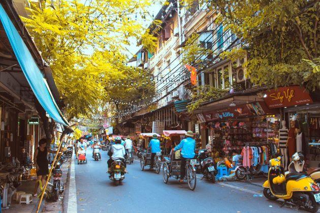 the street of hanoi old quarter