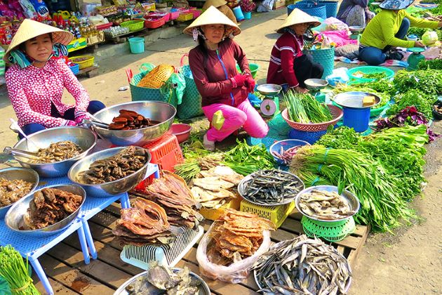 dong ba traditional market