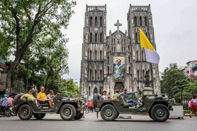 hanoi city tour by jeep at hanoi old quarter