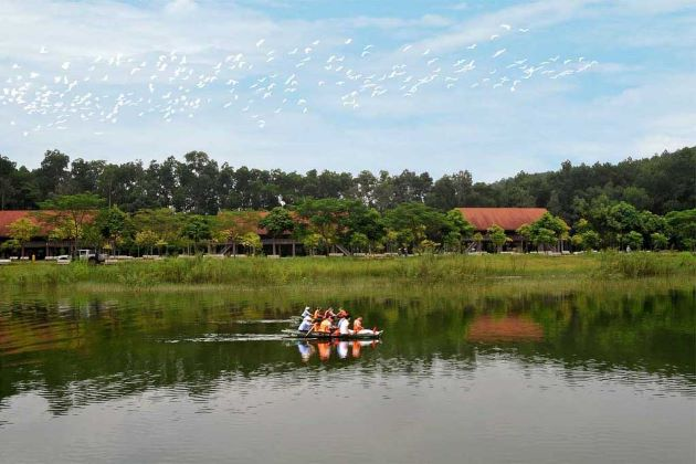 visit dong chuong lake in ninh binh tours
