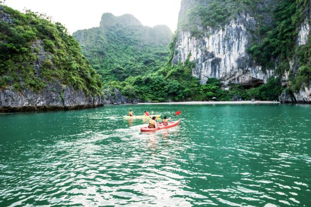 experience kayaking journey in halong bay