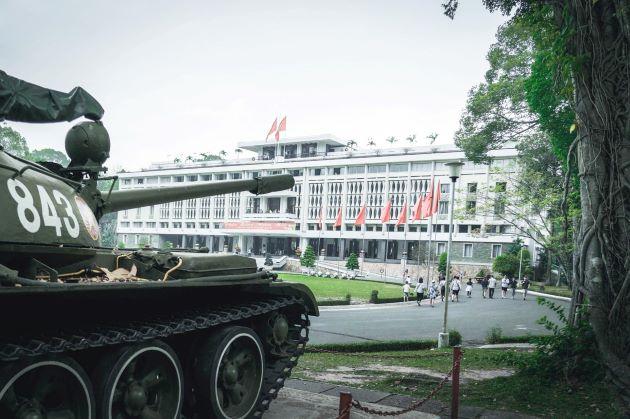 see old tank at reunification palace